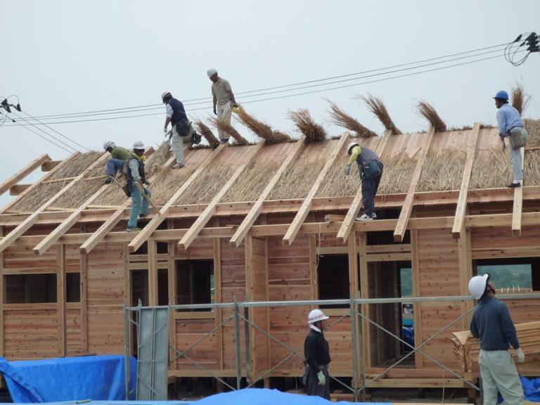 仮設住宅にかや材を使用